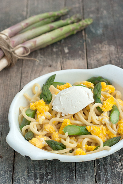 Pasta con asparagi, uova strapazzate e ricotta