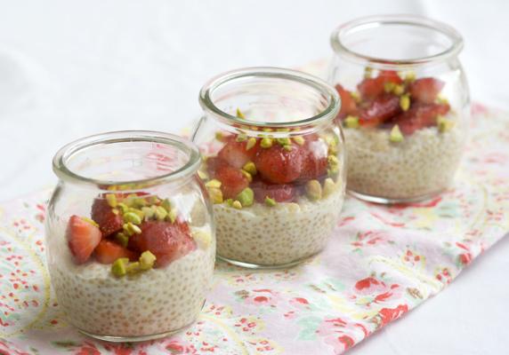 Quinoa pudding con fragole e pistacchi