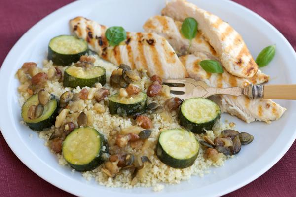 Couscous con zucchine, pinoli e uvette