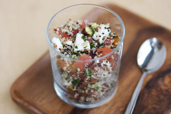 Insalata di quinoa, feta e verdure crude