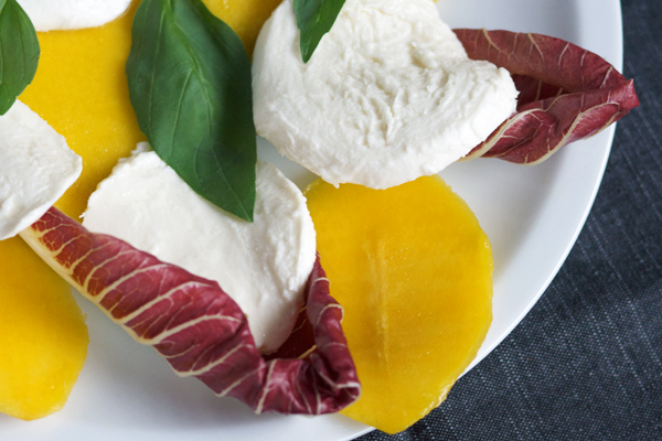 Insalata estiva di mango, mozzarella e radicchio