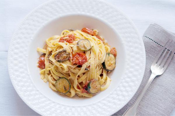 Pasta con pomodorini, zucchine e pinoli