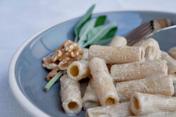 Pasta vegan con sugo di tofu, noci e salvia