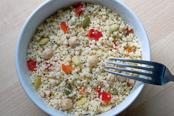 Couscous e maftoul con peperoni, ceci e tanti semi