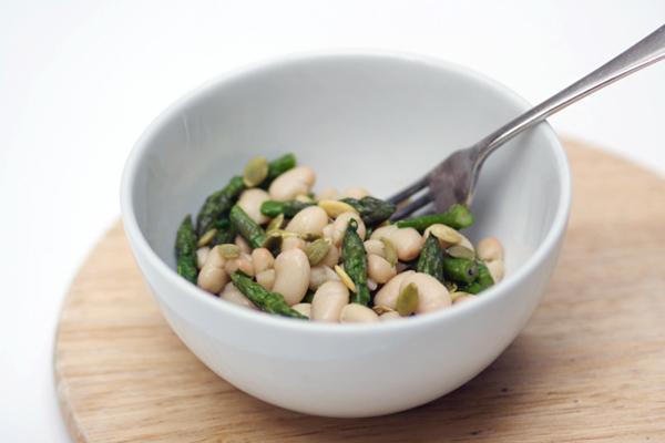 Insalata di asparagi, cannellini e semi di zucca