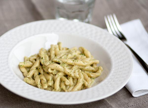 """Pasta fresca al """"pesto"""" di sedano e noci"""