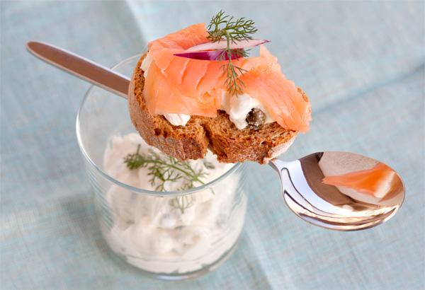 Bruschetta con salmone e crème fraîche