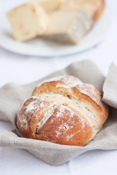 Pane con fichi e nocciole
