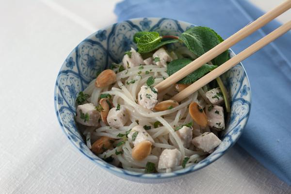 Noodles di riso con pesce spada alla menta