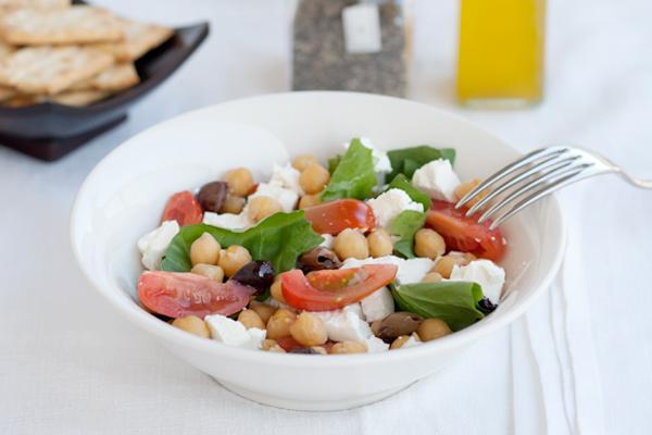 Insalata di tarassaco con ceci, pomodori, feta e olive