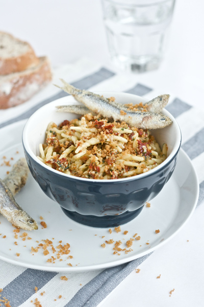 Trofie al pesto di pomodori secchi e alici fritte
