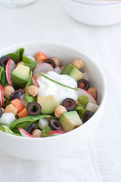 Insalata primaverile con carote, daikon, ceci e avocado
