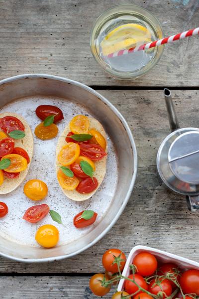 Tartelette e bruschette ai pomodorini rossi e gialli