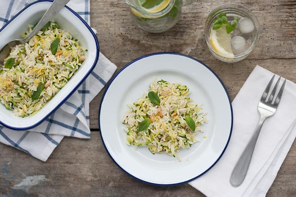 Riso pilaf con zucchine, pinoli, menta e scorza di limone