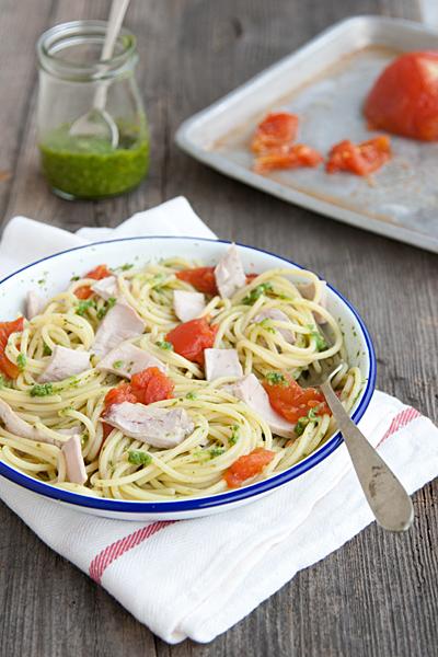 Spaghetti al pesto con tonno fresco e pomodori al forno