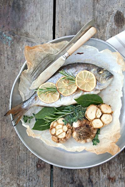 Pesce al forno al limone con aglio arrostito