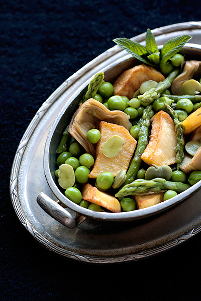 Contorno vegetariano di verdure primaverili