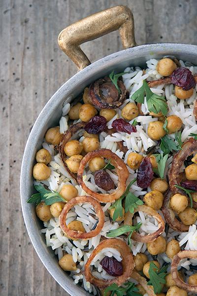 Riso con ceci al curry, cipolla croccante, uvette ed erbe