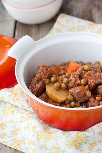Carne con patate, piselli e carote