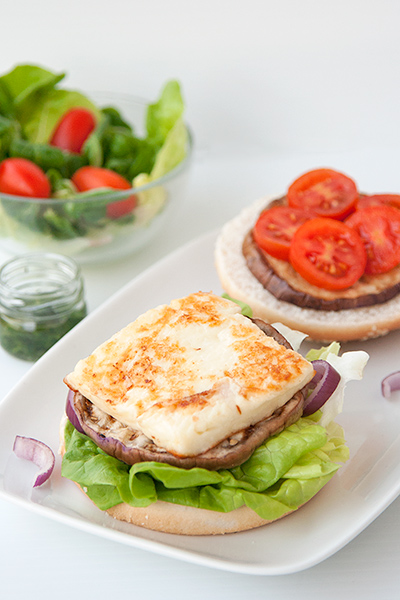 Hamburger vegetariano con halloumi fritto