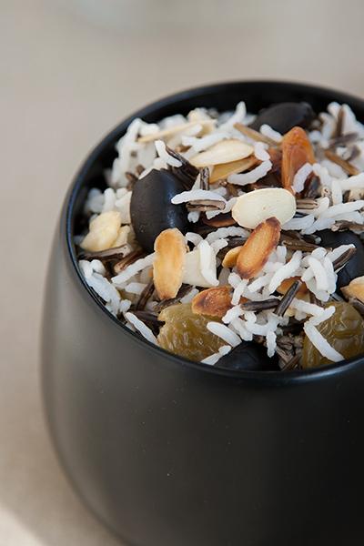 Riso selvaggio speziato con uvetta, mandorle e olive