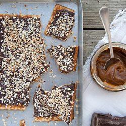 Matzo crunch con caramello e cioccolato