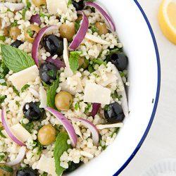 Insalata di ptitim (o couscous israeliano) con le olive