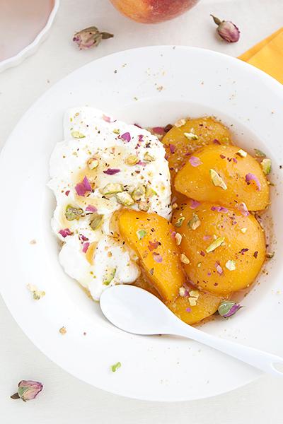 Labna dolce con pesche e pistacchi