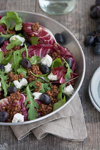 Insalata con lenticchie, uva e caprino