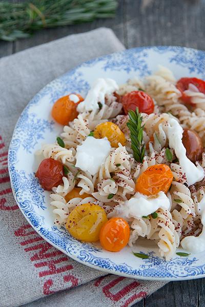 Pasta di riso con pomodorini, stracciatella e sumac