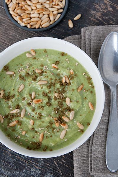 Zuppa di broccoli con tahina, zaatar e pinoli
