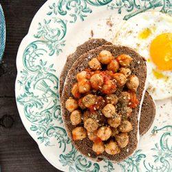 Bruschette con ceci al pomodoro e uovo fritto allo zaatar