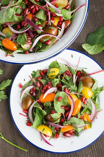 Insalata di bietola rossa, pomodorini e melagrana