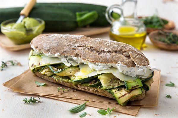 Panino siciliano con zucchine e basilico
