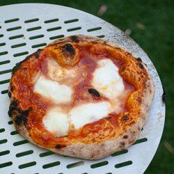 pizza con licoli nel forno a legna